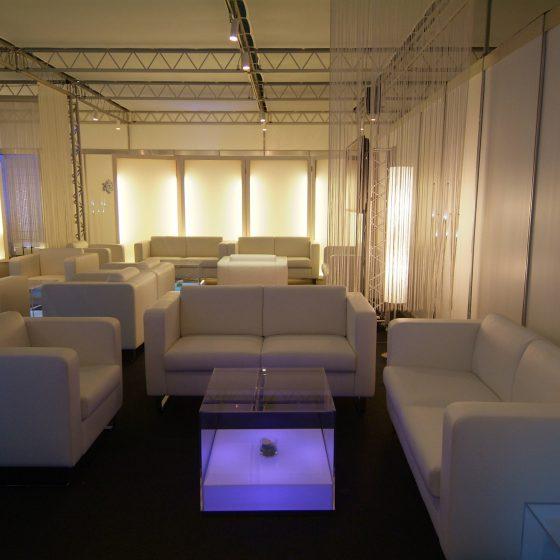 Lounge avec tables lumineuses à LED