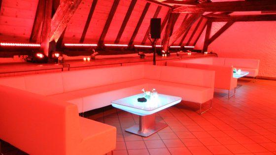Location de tables basses lumineuses et de lounge pour soirées d'entreprise