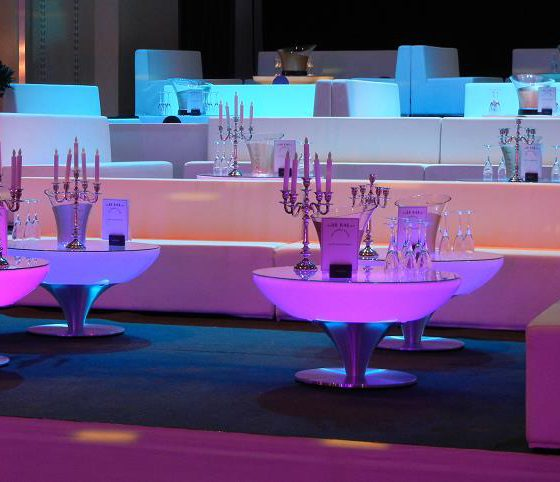 Location de tables lumineuses et de lounge. Vente de tables lumineuses.