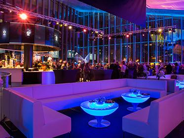 Location de lounge et de tables basses lumineuses à Lausanne