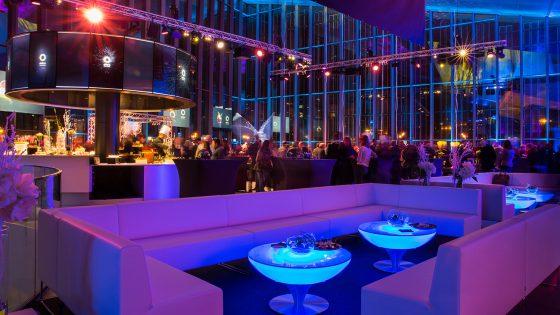 Location de tables lumineuses avec lounge VIP