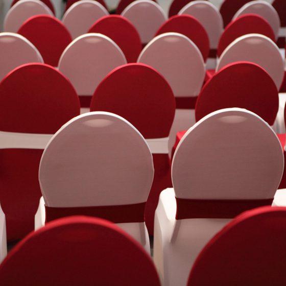 Location de chaises avec housse blanche et rouges