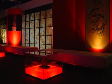 Lounge avec tables lumineuses sur batteries